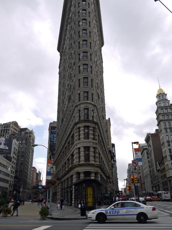 ニューヨークでも古い建物で、最初の摩天楼ビルだといわれています。 三角ビルのその形がユニークで、いまでも人気があり、私も大好きなビルのひとつです。