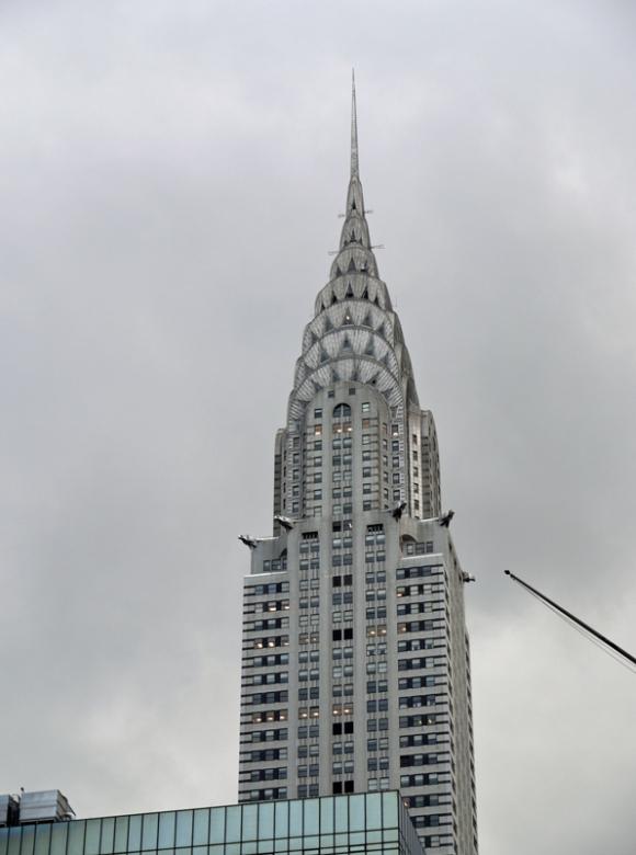 内外装をアール・デコの装飾で施されている傑作で、ニューヨーク摩天楼ビルの象徴として君臨している世界的に有名なビルです。 クライスラー社のビルでしたが、現在