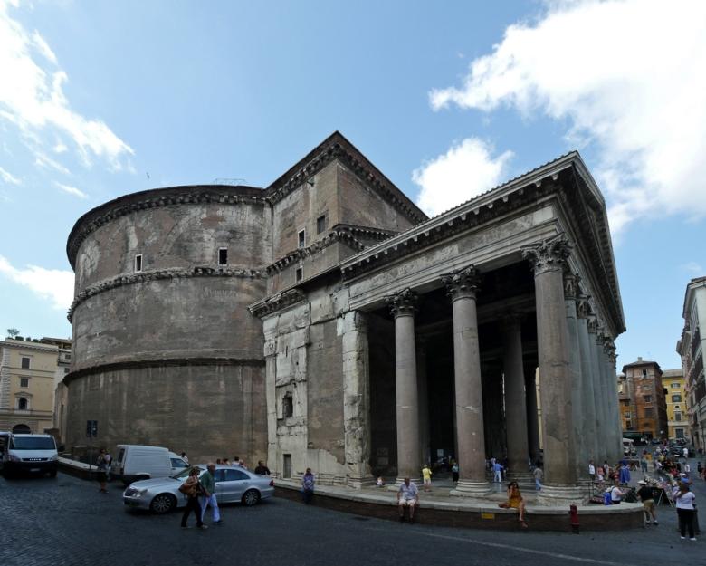 パンテオンは、2000年近くもほぼ完全な状態で存在している建物として有名です。  基礎にはローマン・コンクリート(古代コンクリート)を使用しており、全体では6層構造